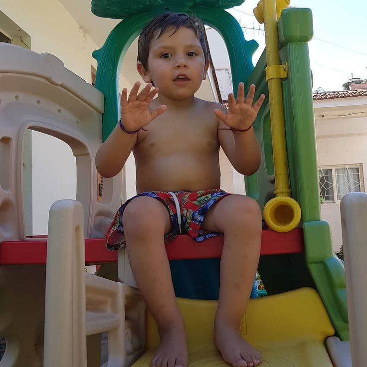 En traje de baño pero en los juegos porque con la pelopincho  ni hablemos. .  Este nene nada sólo en la pileta grande  (pero se mete con siempre  conmigo) y en la pelopincho llora como si lo estuvieras por ahogar.  Alguien lo entiende .