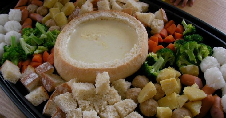 おいしいチーズフォンデュ、ホットプレートでそれもパンでしたら・・・簡単、豪華でおもてなしメニューにぴったりです♪