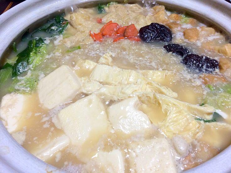 Shoooocoさんのとろとろ湯豆腐をベースに鬼おろし大根たっぷり豆腐と麩で精進鍋 野菜たっぷりアミノ酸もいっぱい
