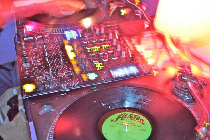 A festa é comandada pelo DJ Marcelinho da Lua e conta com o lançamento do novo trabalho em vini l de TataOgan. Além de Bobby Mukai