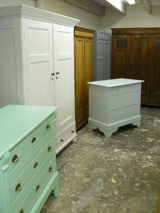oude geschilderde kasten in landelijke brocante en nostalgische stijl. Veel voorraad