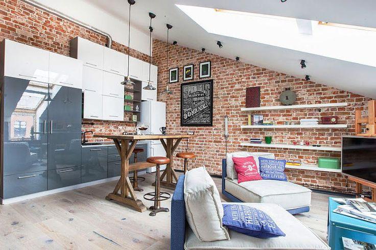 Com uma área de apenas 40 metros quadrados, esta simpática kitnet possui espaço suficiente para uma sala de estar, lareira, cozinha americana, quarto de ca
