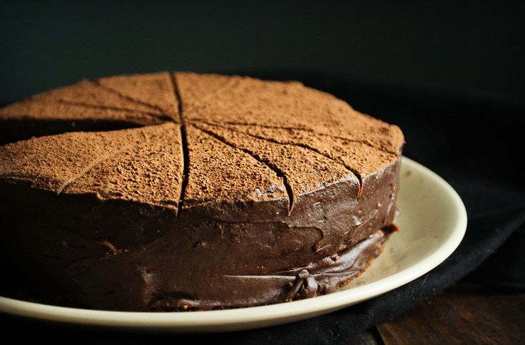 """Αν το φρεσκοψημένο κέικ σοκολάτας μπορεί να κάνει ένα μικρό """"θαύμα"""" από μόνο του, συλλογίσου το σε συνδυασμό με βουτυρένια καραμέλα."""