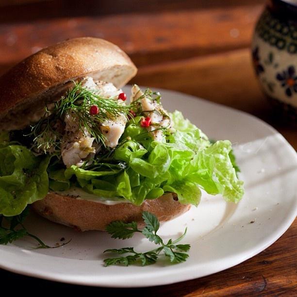 お昼ご飯。  冷凍庫にあったベーグルで、マスカルポーネと自家製ツナのサンド。  今回のツナもビンチョウマグロで、いつもより簡単に作ってみたけど、とっても美味しい♡  後でレシピをアップしよ(^-^)♪ #food #lunch #お昼ごはん#おうちごはん #ランチ#ベーグル - @yuriri51- #webstagram