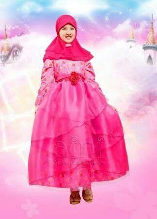 KOLEKSI GAMIS ANAK: Aini 160208 Pink  Bahan : Gamis berbahan katun yang diercantik dengan balutan organdi yang bertumpuk di bagian bawah. Type  : Gamis + Jilbab  Ready size 10, 12 (Rp.425.000)