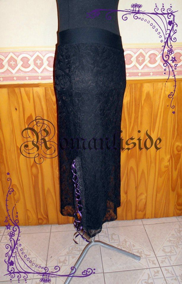 Falda larga de encaje con tajo en los laterales, y detalle de puntilla y cintas.