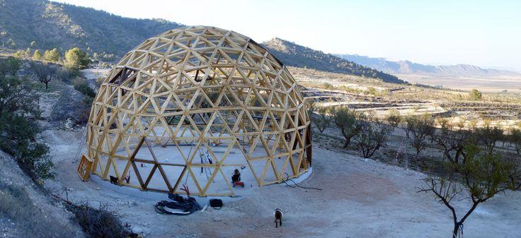 Cómo construir una casa domo o cúpula geodésica en pocas horas y paso a paso. Un ejemplo de domos con arquitectura del detalle en la vivienda.