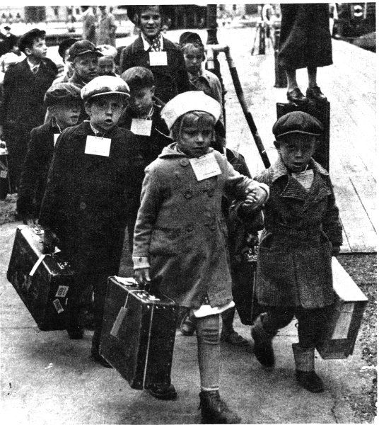 Children being sent to Sweden during the WW2.  Kuva   Museovirasto historiallinen kuva-arkisto.