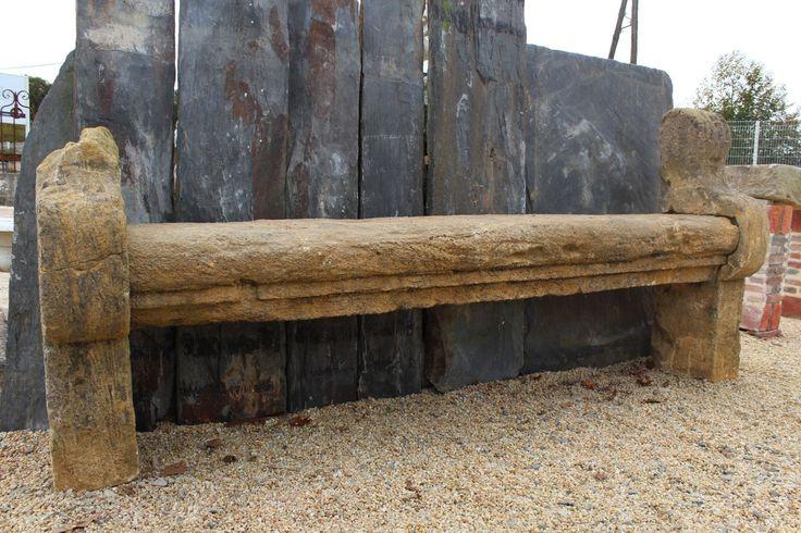 Beau banc ancien en pierre calcaire avec accoudoir, assise avec moulure, bec de corbin. . Dimensions : Longueur 260 cm Hauteur 70 / 116 cm Profondeur 45 cm Epaisseur tablette 25 cm.