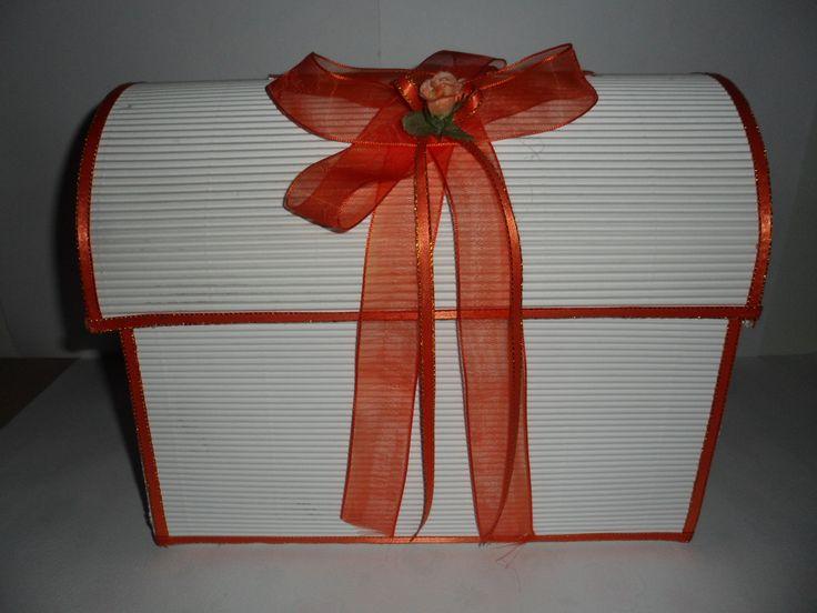Baúl grande, adornado con cinta y moño, tono: Naranja.  ______________________________Tarjetas y Souvenirs para eventos sociales, hechos a mano y totalmente personalizadas. Para cotizaciones y pedidos, al correo: momentosespecialesb.g@hotmail.com