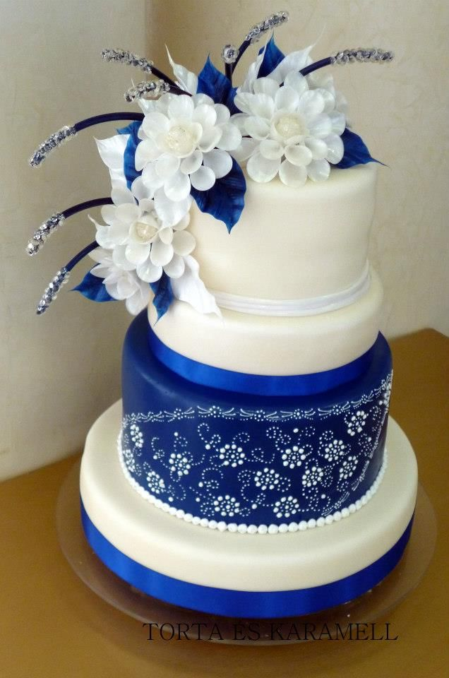 blue & white wedding cake design I like the top part of this cake.