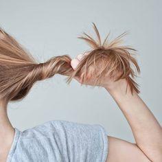Auch der Herbst kann schuld sein: Die Haare fallen aus. Gerade bei Frauen nagt Haarausfall am Ego. Aber es gibt keinen Grund zu verzweifeln.