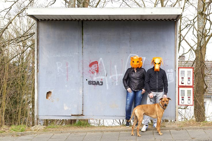 masken, orange, shooting, werbeagentur [raster]fabrik gmbh, bushaltestelle, hund, warten, kaugummiautomat