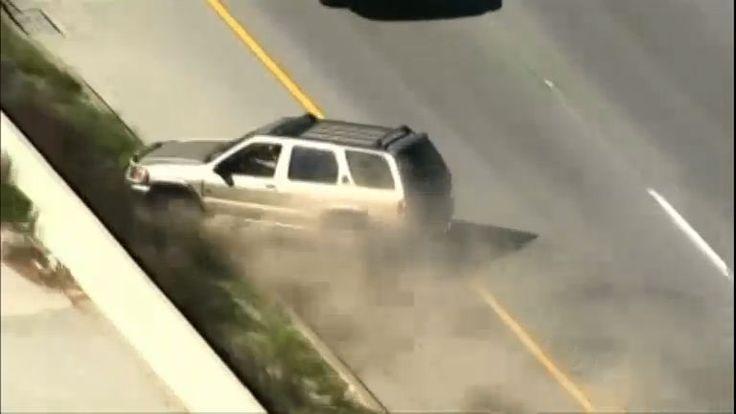 A perseguição começou depois que o motorista se recusou ao parar para a polícia. O continuou seguiu em alta velocidade em uma rodovia mesmo depois que uma das rodas do carro começa a se desfazer. A fuga só terminou depois que veículo bate no muro e capotou várias vezes.