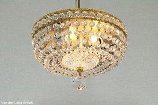 Plafonniere met kristallen kralen 25558 bij Van der Lans Antiek. Meer kristallen lampen op www.lansantiek.com