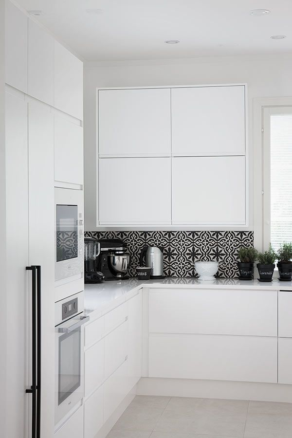 I'm absolutely loving these feature splash back tiles in this kitchen, its a great way to jazz up an all white kitchen!