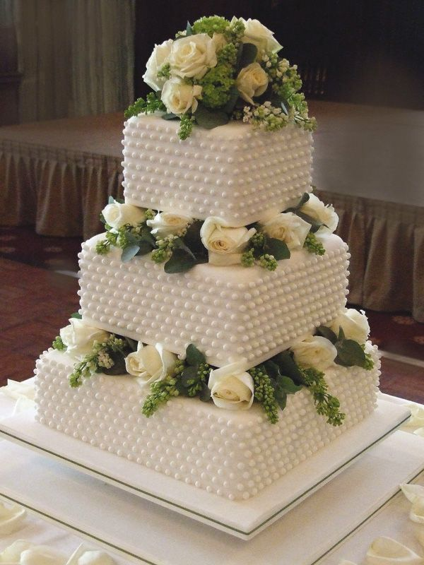 Oh, the elegance of square wedding cakes <3.
