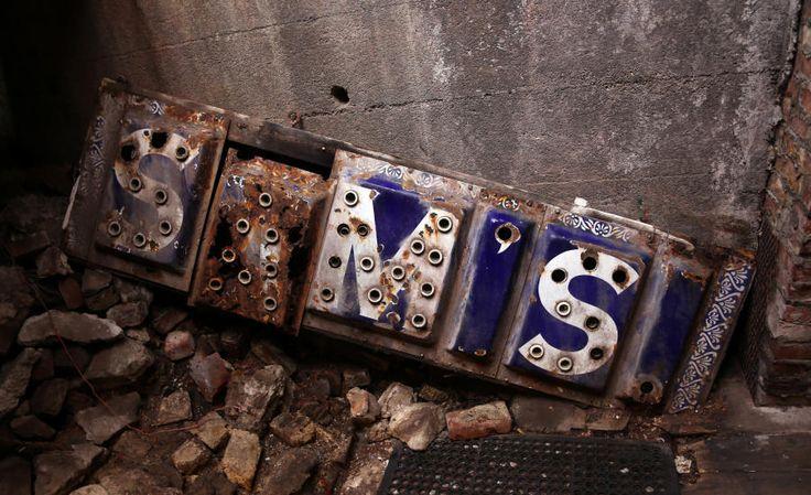 HISTORIE: Dette reklameskiltet falt ned under bybrannen, men har fått evig liv i de gamle ruinene i Seattles undergrunn. Foto: EIVIND PEDERSEN