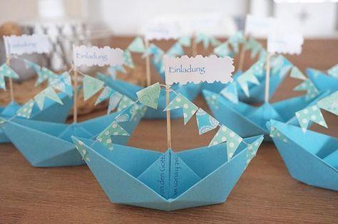Wenn einer Papierschiffchen braucht, ich bin jetzt Expertin im falten ☝️. Das sind unsere Einladungen zu Ben's Taufe, man muss sie nur auseinander falten.  #taufe#einladungen#taufeinladung#diy#handmade#papierschiffe#täufling#babyboy#momslife#momblogger#solebenwir#oktoberbaby