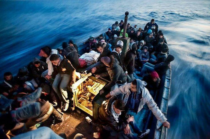 Migranti attraversano lo stretto di Sicilia