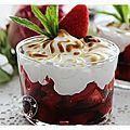 Une verrine de fraises, sirop de cassis et meringue onctueuse..... - NICOLE PASSIONS