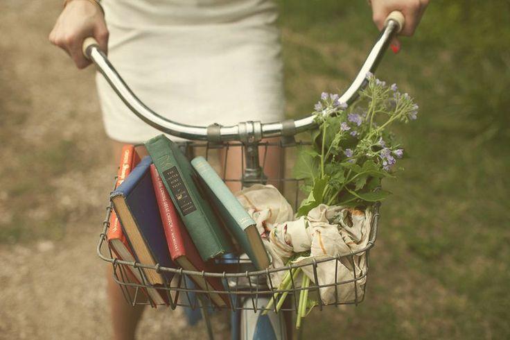 «Книга — это карта. В твоей жизни будут моменты, когда ты будешь чувствовать себя потерянной или запутавшейся. Чтение поможет отыскать дорогу к себе. Нет ни одной проблемы, которую нельзя решить с помощью книги. И чем больше ты читаешь, тем больше путей для выхода из сложных ситуаций откроется перед тобой» (Мэтт Хейг. Эхобой).  Фотограф: Alec Vanderboom.  #книги #чтение #фото #фотография #цитаты #books #reading #book #photography #photo #жизнь #книга #цитата