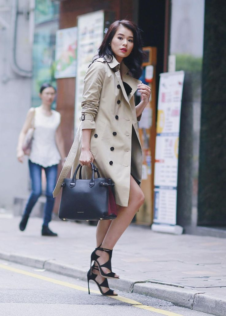 Actress Myolie Wu snapped in Hong Kong wearing a stone @Burberry trench coat and The Banner bag #AOTT #ArtoftheTrench pic.twitter.com/4mXn6oK0vH