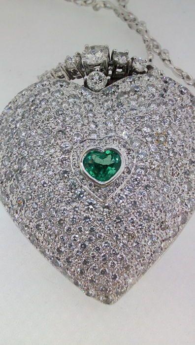 Hart-vormige gouden hanger met diamanten en smaragden - 50.56 g-totale lengte: 47 cm  Witgoud hartvormige hanger met diamanten en smaragden.Metaal: witgoud.Duidelijkheid: 18 kt (750/1000).Totaal gewicht: 50.56 g.Edelstenen:Emerald.Knippen: hart.Gewicht: 08 ct.Duidelijkheid: AA.Kleur: diep.Diamanten.Totaal aantal diamanten: 290.Totaal gewicht: 10.4 ct.Kleur: H-ik.Duidelijkheid: SI2.Briljante knippen.Beschrijving van diamantenKettingEen briljant geslepen diamanten 0.7 ct.Zes briljant geslepen…