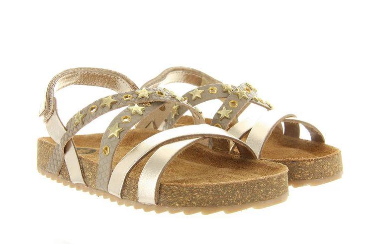 Sandalen Gioseppo Yashina 31071 taupe is een leuke sandaal voor meisjes van het merk Gioseppo, uitgevoerd in leer met gouden taupe gecombineerd met gouden sterretjes. Deze meisjes sandaal heeft een verstelbaar riempje met een gesp en is voorzien van een voorgevormd suede voetbed. Valt 1 maat kleiner.