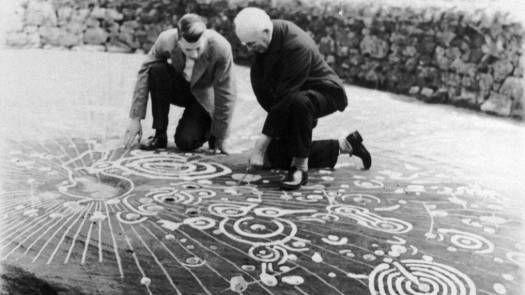 La piedra de Cochno es una losa misteriosa, de 5,000 años de edad, descubierta en 1887 por el Rev. James Harvey. Cuenta con alrededor de 90 grabados tallados, considerado como uno de los mejores conjuntos de petroglifos en Escocia. No hay consenso entre los arqueólogos sobre el significado de los intrincados símbolos encontrados en su superficie. ¿Es quizá un mapa del cielo o de la tierra? ¿Un altar donde se celebraban los rituales? Según algunos expertos, representan un antiguo mapa…
