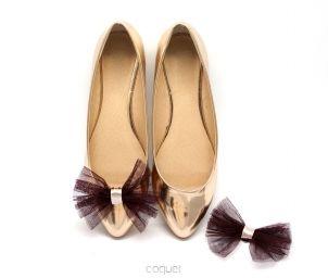 Delikatne tiulowe klipsy do butów. Perfekcyjne do balerin, szpilek i innych pantofelków. Możesz je przypinać również do ubrań i włosów. Świetny pomysł na prezent. Kokardki Ballerina/Bordo
