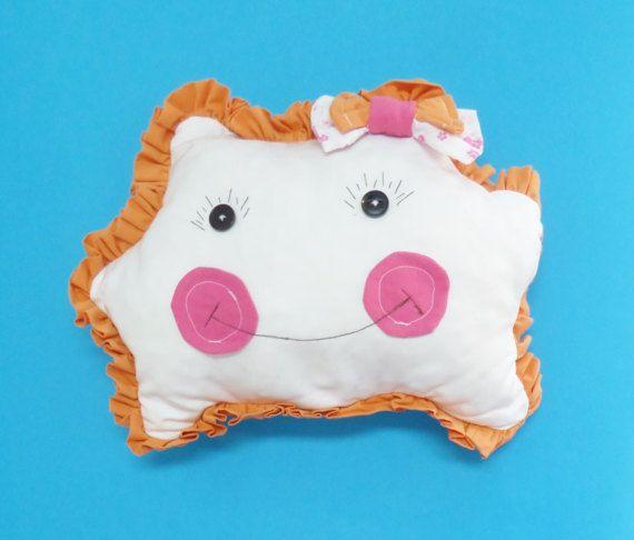 Almofada em algodão com cara de boneca, bochechas em tecido rosa e folhos em tecido laranja. Muito fofa e ideal para bebés e crianças. Pode colocar no berço do seu bebé. Pode também conjugar com outros tipos de almofadas e criar uma decoração bonita em qualquer parte da sua casa. O enchimento é de boa qualidade.  O tamanho deste modelo é de 30 cm de altura por 40 cm de largura (já a contar com os folhos).  Este produto pode ser personalizado para o tamanho e cor à sua escolha. Basta clicar…