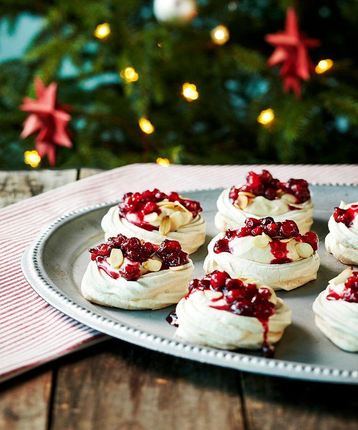 Pienet karpalo-kinuskipavlovat | K-ruoka #joulu #pavlova