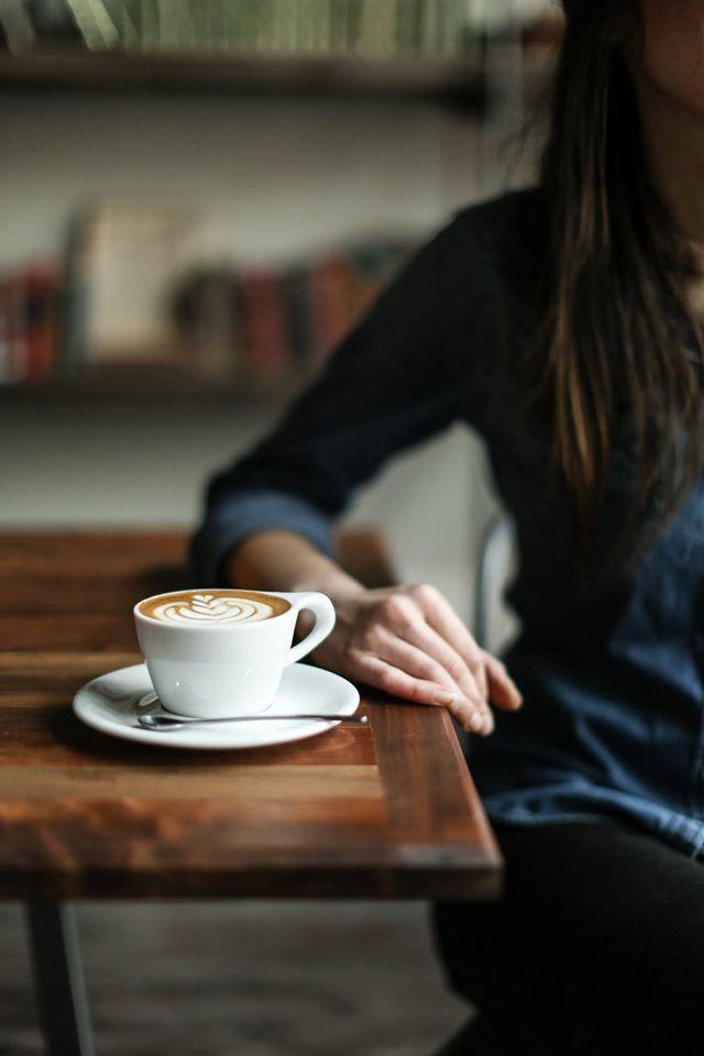 Kawa to dobry pretekst, żeby sppotkać się i pogadać o niedawno przeczytanej książce lub zobaczonym filmie, o miłości, o radościach i smutkach, po prostu o życiu. Bez względu na to, jaką lubimy, kawa nas jednoczy i otwiera. I to jest dobre. Kawa jest dobra.
