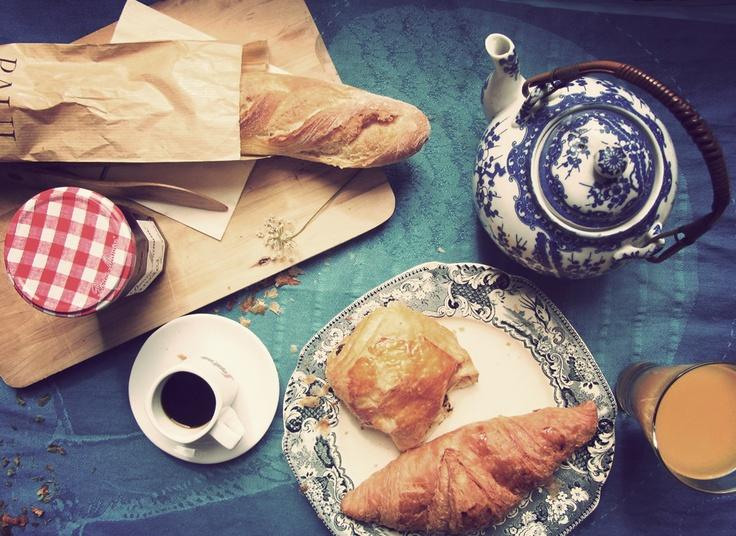 Ranskalainen aamiainen: croisantit, petit pain au chocolat, patonkia ja juomaksi lasillinen appelsiini tuoremehua.