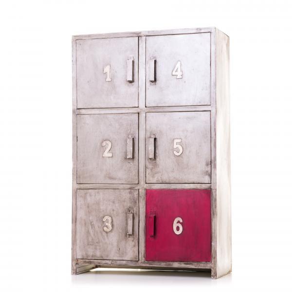 Punainen ja harmaa sävyttävät tätä jämäkkää kuusiovista metallista kaapistoa. Oman kaapin voit tilata tästä: http://www.verkkokauppa.aadesign.fi/tuotteet/cairo-almirah