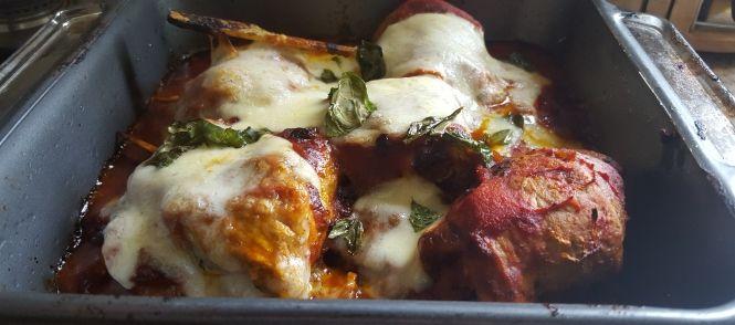 Super lekkere gevulde kip- of kalkoenschnitzels gevuld met pesto en gegrilde reepjes paprika in een heerlijke pittige paprika-tomatensaus en gegratineerd met...