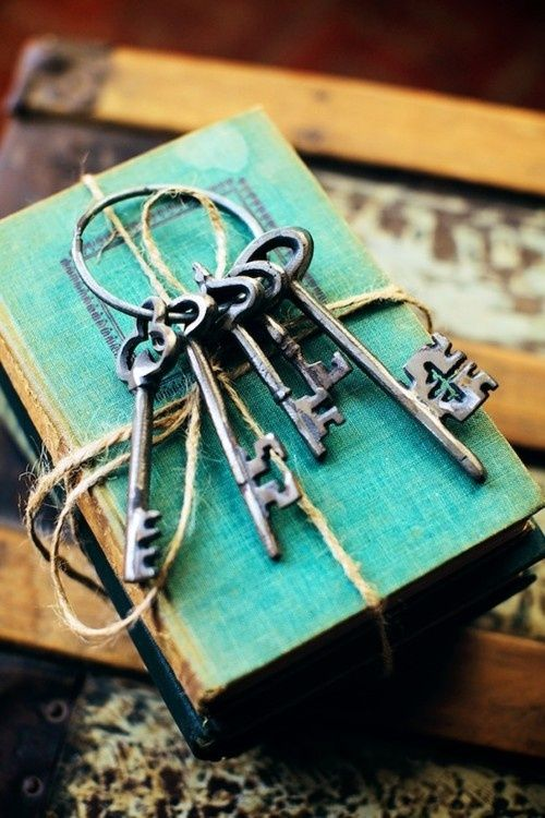 Books and keys    36 Cool Turquoise Home Décor Ideas | DigsDigs