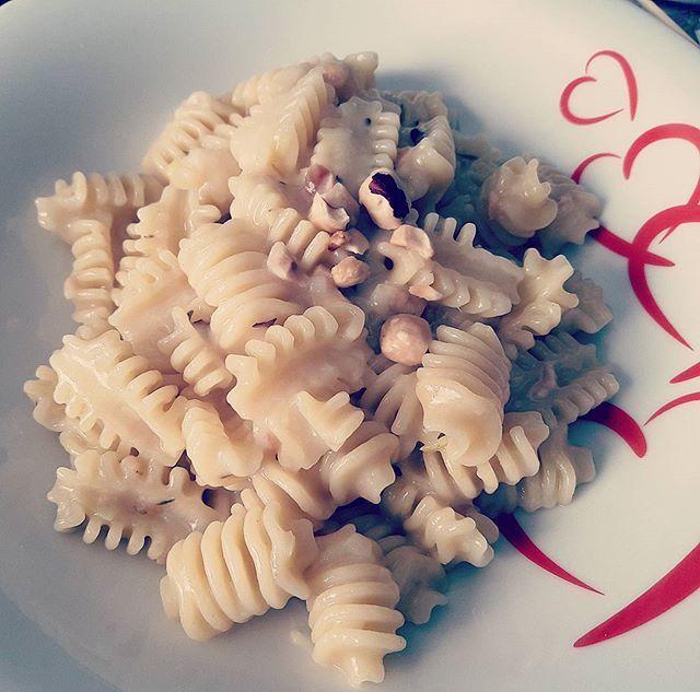 Pasta Garofalo con fondutina di porri al timo e granella di nocciole #food #foodlovers #foodlove #foodies #pasta #garofalo #pastagarofalo #radiatori #porri #porro #leek #nocciole #hazelnut #timo #thyme #enjoy #lunch #good