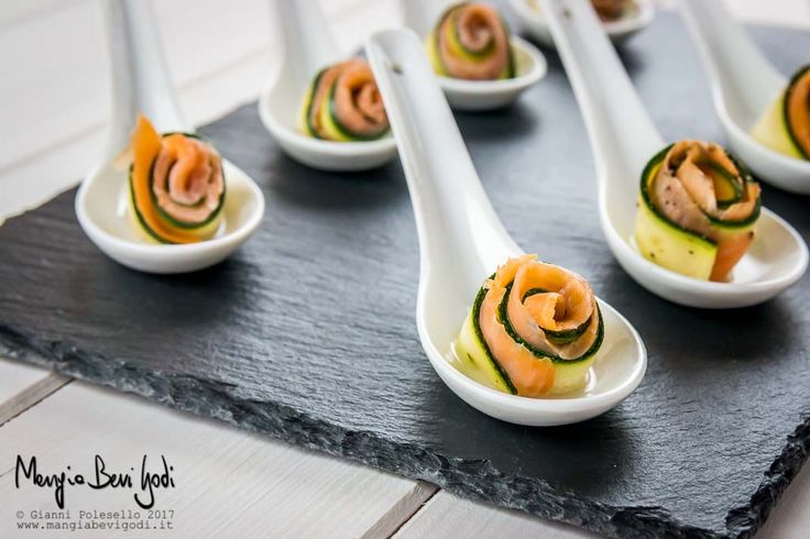 Queste roselline di zucchine crude marinate e salmone sono un'alternativa più elegante ai classici involtini di verdure grigliate.