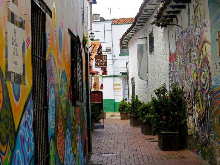 13. Otra vista del Callejón de las Brujas y sus coloridos murales