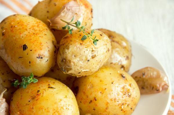 Cómo cocer patatas en el microondas. Si tienes un día de esos en los que no te apetece para nada cocinar pero no quieres comerte cualquier cosa, si tienes una comida con amigos y quieres sorprenderles con algo rápido, si vas justo de tie...