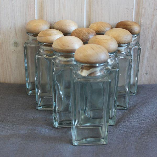 Glasburkar med trälock och tätslutande gummiring, bra förvaring i köket för t.ex. kryddor. Pris 20 SEK/styck.