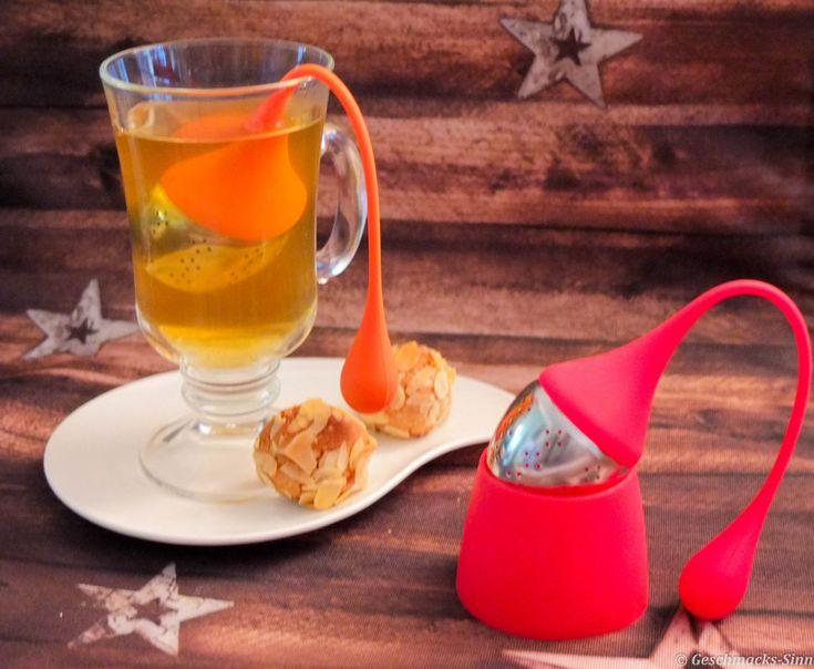 Marzipankugeln mit Mandelhülle und farbenfrohe Silikon Teesiebe für Teeliebhaber (Werbung)