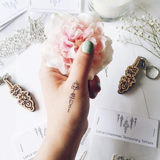 Tatuaggi col simbolo Unalome: significato e idee cui ispirarsi