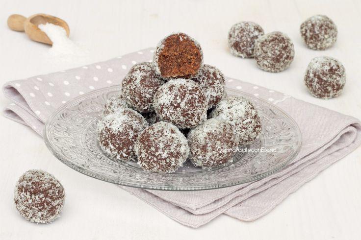 Le palline di pandoro con Nutella e cocco sono dei dolcetti senza cottura velocissimi e facilissimi da preparare, sono troppo golosi, uno tira l'altro!