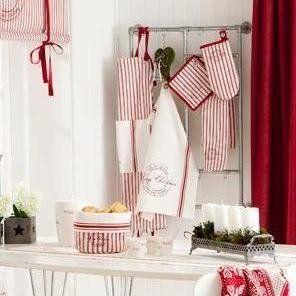 Christmas, en vacker julserie i vitt och rött. Juligt förkläde i 100% bomull med ficka och tryck frampå.