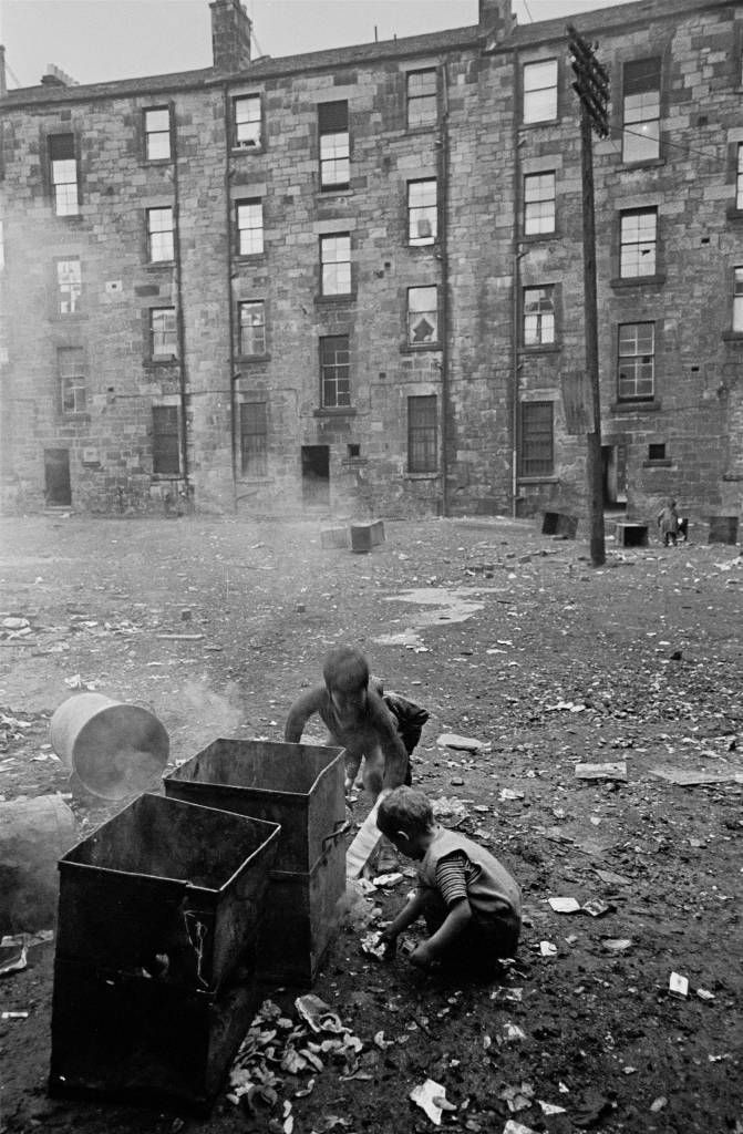 Boys+setting+fire+to+waste+bins+Gorbals+1970+