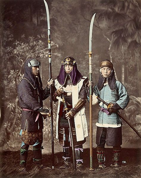 Samurai wearing hachi-gane (forehead protectors), the men on the right and left are wearing kusari katabira (chain armor jackets) and holding naginata.