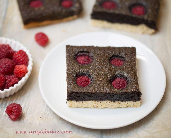 Posledný z tria receptov, ktoré som tento týždeň pripravila je na tento jemný makový koláčik s malinami. Jednoduchý, chutný a maliny tomu dodávajú tú správnu chuť v kombinácii s makom, Budeme potre…